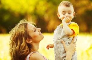 Madre sujetando a su hijo