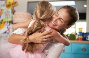 Madre trabajadora abrazando a su hija