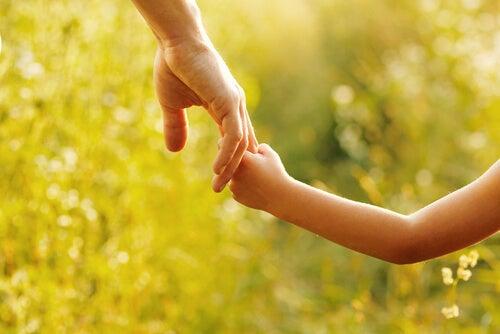 Mano de un padre y su hija