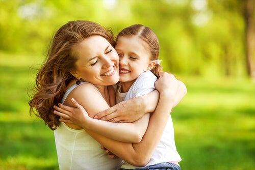 Mujer abrazando a su hija