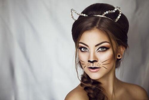 Mujer con la cara pintada de gato