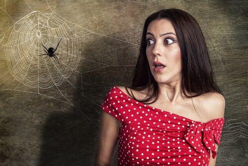 Mujer con miedo a una araña