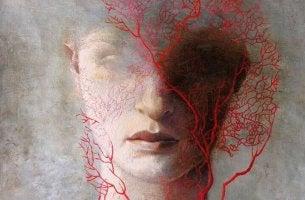 Mujer con ramas rojas en el rostro