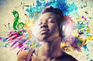 Mujer con sinestesia escuchando música de colores