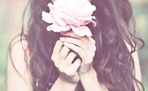 Mujer con una rosa en sus manos