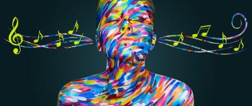 Mujer de colores escuchando música