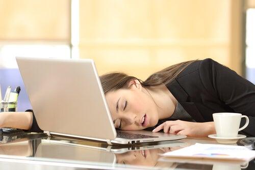 Mujer dormida frente a su ordenador
