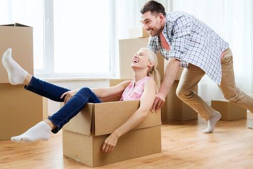 Mujer en una caja empujada por su novio