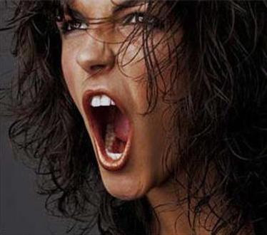Mujer gritando fuerte