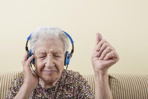 Mujer mayor escuchando música