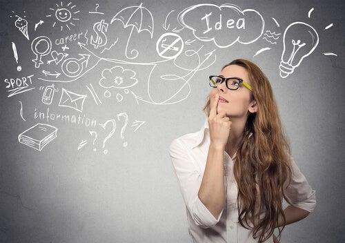 Mujer pensando en sus proyectos