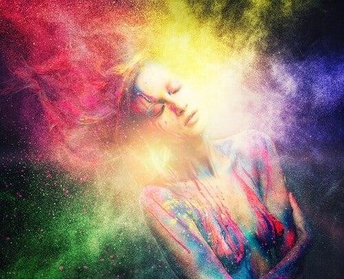 Mujer rodeada de humo de colores