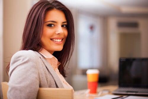 Mujer sonriendo por su trabajo