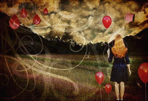 Mujer sujetando un globo mirando el paisaje