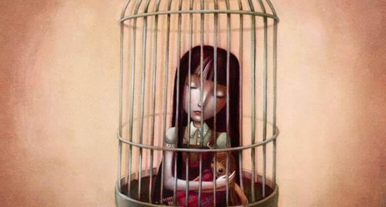 Niña atrapada en una jaula