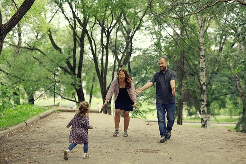 Niña corriendo hacia sus padres adoptivos