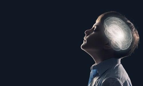 Niño con el cerebro iluminado