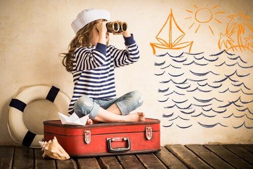 Niño jugando que es un marinero