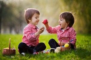 Niños compartiendo en el campo
