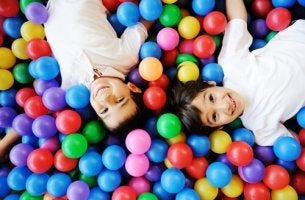 Niños jugando con bolas