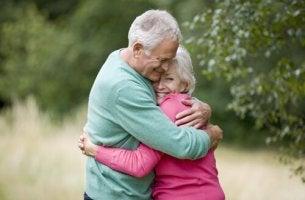 Pareja de personas mayores abrazadas