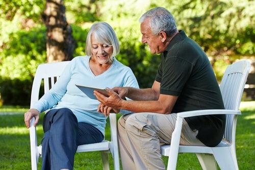 Pareja de personas mayores aprendiendo con una tablet