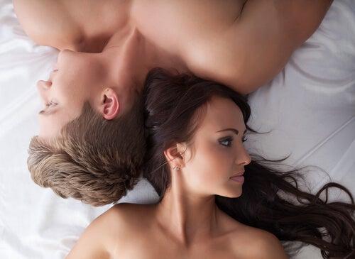 pareja tumbada con problemas