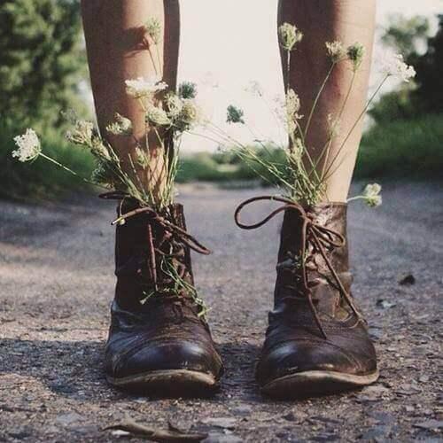 Piernas de una persona con zapatos que tienen plantas