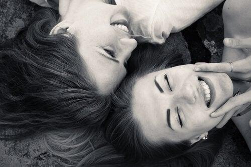 Amigas que sonríen con pasión
