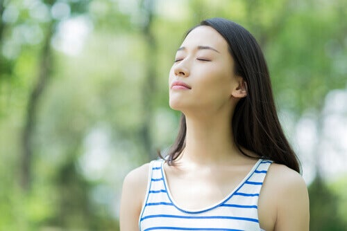 Chica con los ojos cerrados para superar la ansiedad