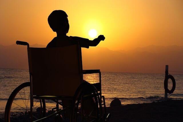niño en silla de ruedas simbolizando a los cuidadores