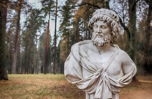 Estatua de un filósofo representando filósofos importantes