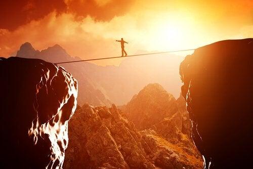 Hombre sobre una cuerda superando un reto