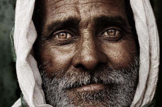 hombre de ojos marrones