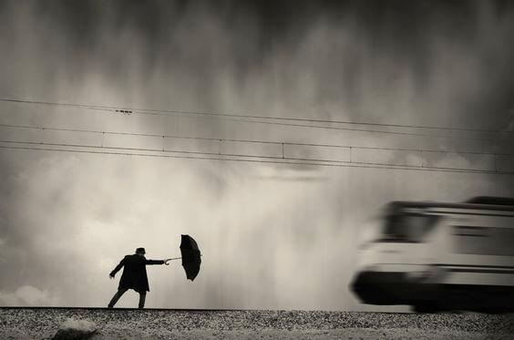 Hombre con paraguas para representar el principio de Peter