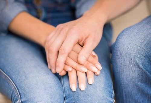 PAreja con las manos unidas