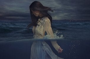 Mujer en el mar para lavarse las manos