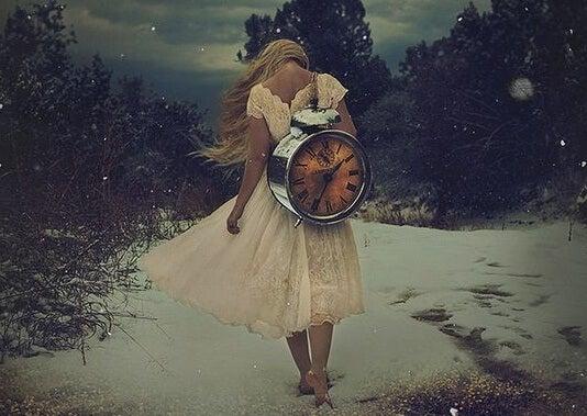 mujer cargando reloj