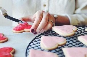 mujer cocinando postres