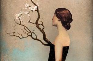 mujer con árbol en el pecho