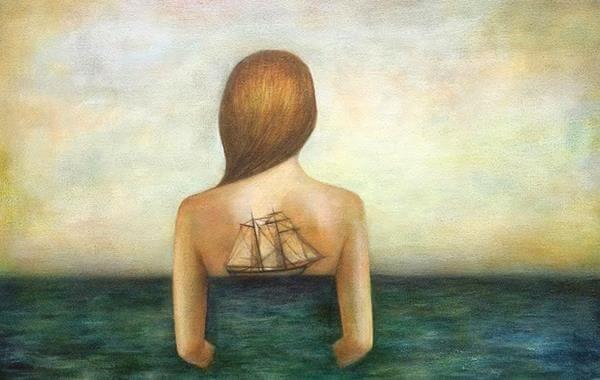 Mujer con barco en la espalda dejando pasar el tiempo