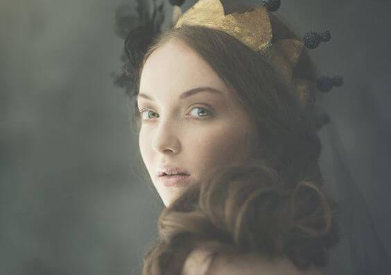 mujer con corona