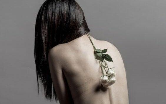Mujer con una flor en la espalda