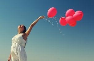 Mujer con globos rojos