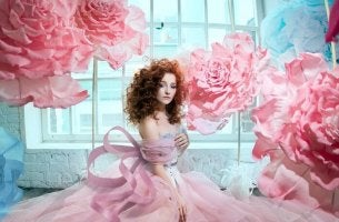 mujer con vestido rosa