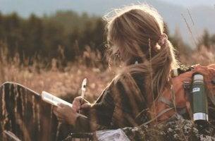 Mujer escribiendo como pasatiempo