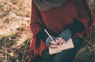 Mujer escribiendo punto final