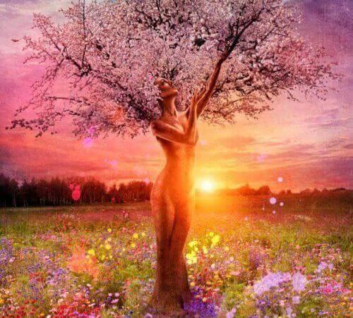 Mujer floreciendo
