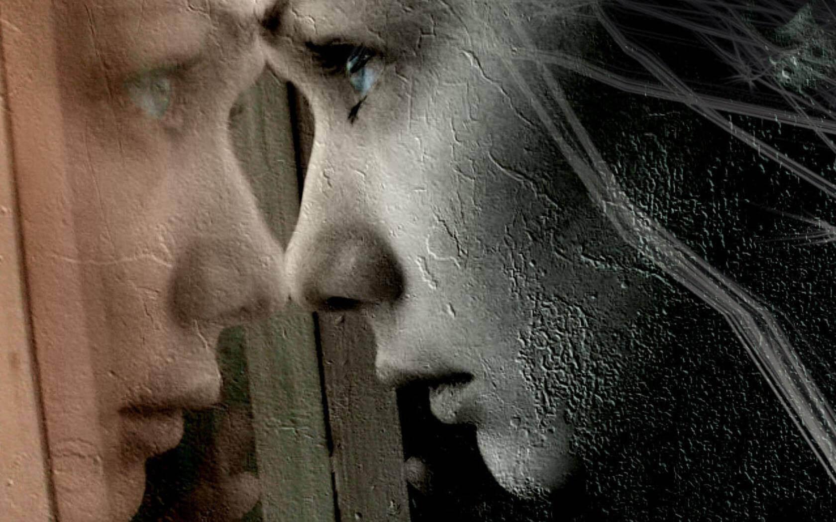 Mujer mirando por la ventana con dolor