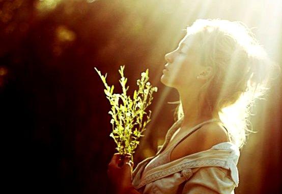 Mujer recibiendo luz